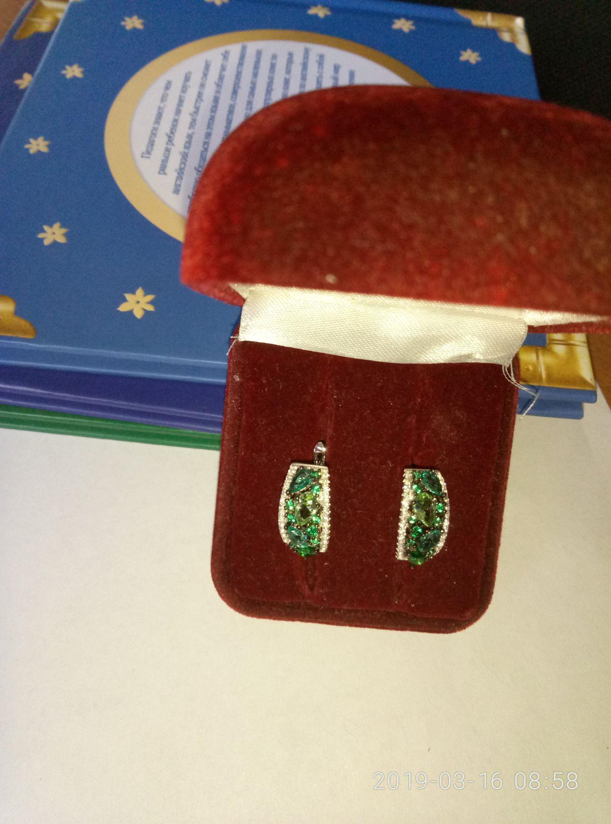 Серебряные серьги с зелеными и белыми фианитами.