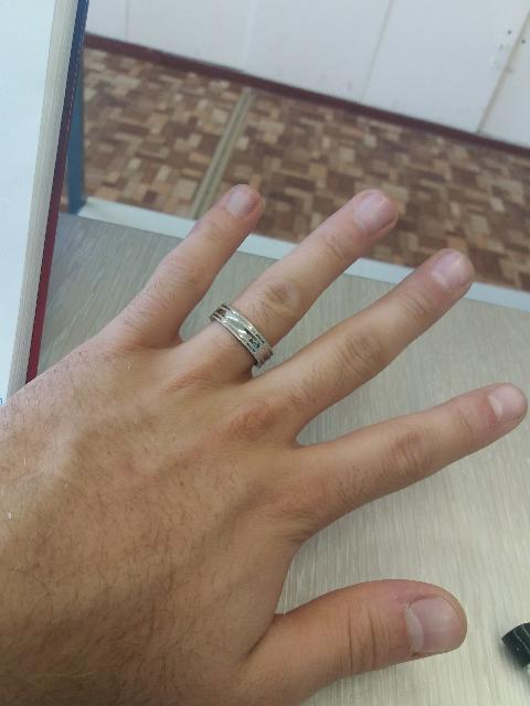 Очень доволен кольцом,простое,металлическое и сдержанное