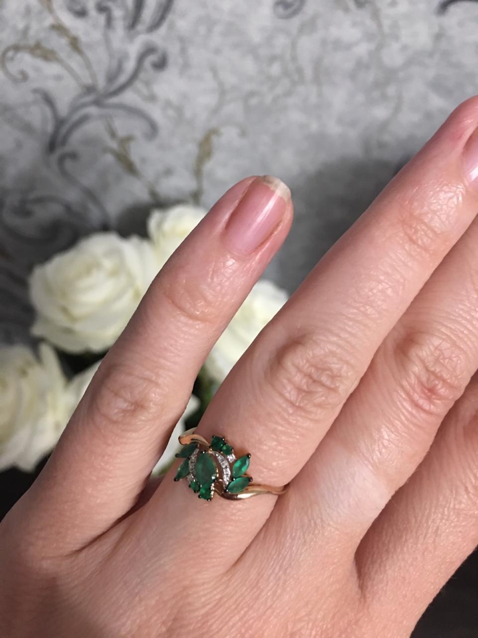 Золотое кольцо с изумрудами и блиллиантами.