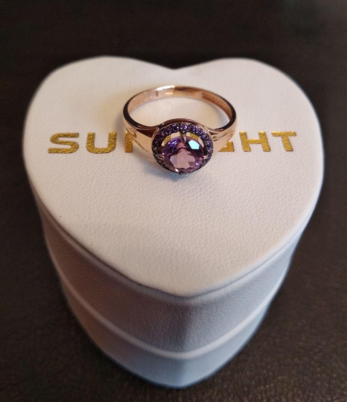 Потрясающее кольцо со сверкающим камнем